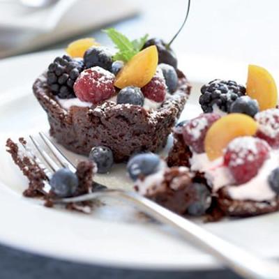 Chocolate cake with goat's-milk yoghurt and berries