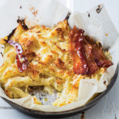 American macaroni cheese with sticky maple bacon