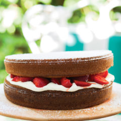 Hot-milk sponge cake with strawberries and double-thick cream