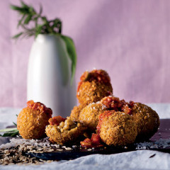 Arancini with easy tomato sauce