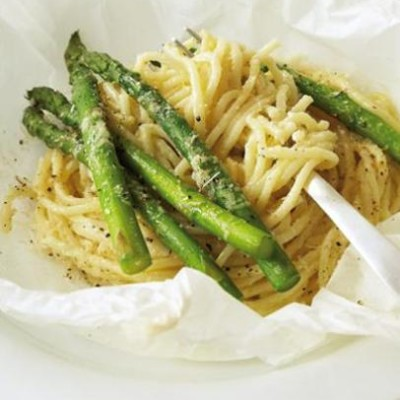 Asparagus and pasta parcels with parmesan cream