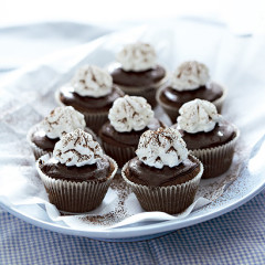 Bitter chocolate-meringue cupcakes