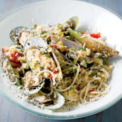 Chilli, fresh tomato and mussel pasta