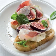 Creamy fig bruschetta