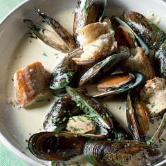 Creamy garlic mussels with crusty bread