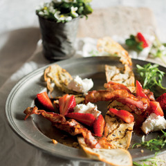 Crostini with bacon and strawberries