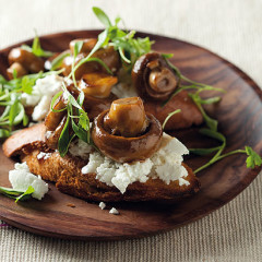 Crostini with balsamic brown mushrooms and goat's cheese