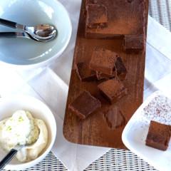 Easy chocolate fudge with apple snow