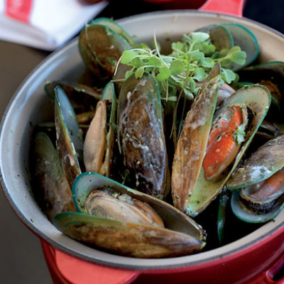 Fragrant garlic mussels