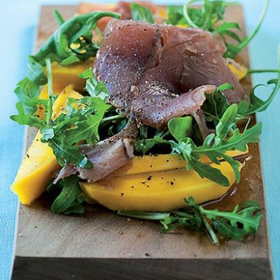Fresh mango and rocket salad with smoked tuna