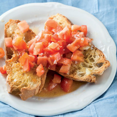 Garlic bruschetta with tomatoes