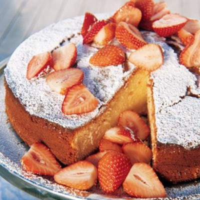 Greek-yoghurt cake with fresh strawberries