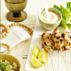 Grilled chicken skewers with hummus-yoghurt sauce