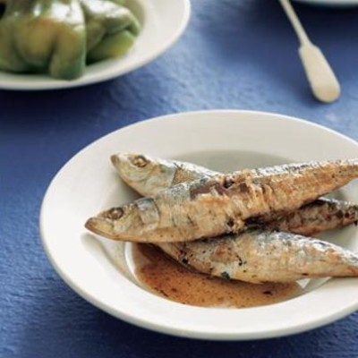 Grilled sardines with green peppers