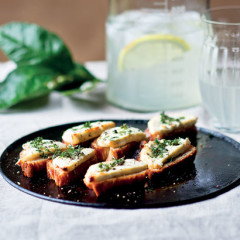 Honey-drizzled goats-cheese crostini