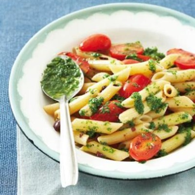 Hot pasta with cold tomato sauce