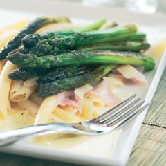 Macaroni with seared asparagus