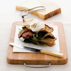 Melba toast with seared rib-eye steak and poached egg