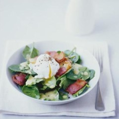 Poached egg and bacon salad