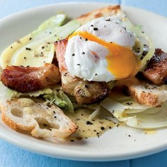 Poached egg and gammon salad