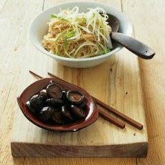 Rice noodles with chicken wings and braised shiitake mushrooms