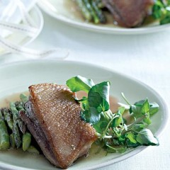 Roast asparagus and duck breasts with lemon sauce