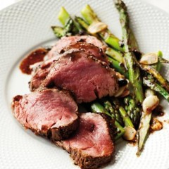 Seared steak with asparagus