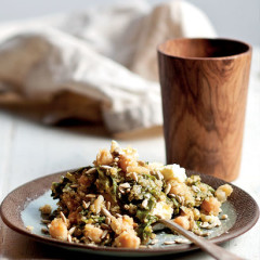 Spinach quinoa with chickpeas, seeds and feta