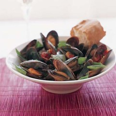 Steamed mussels in pesto flavoured broth
