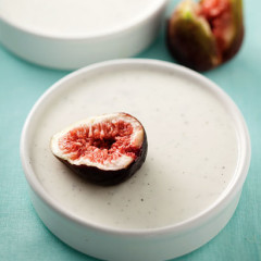 Vanilla-infused yoghurt panna cotta with figs