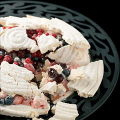 Vanilla meringue with fresh berries and frozen yoghurt