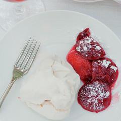Vanilla meringues with plum sauce