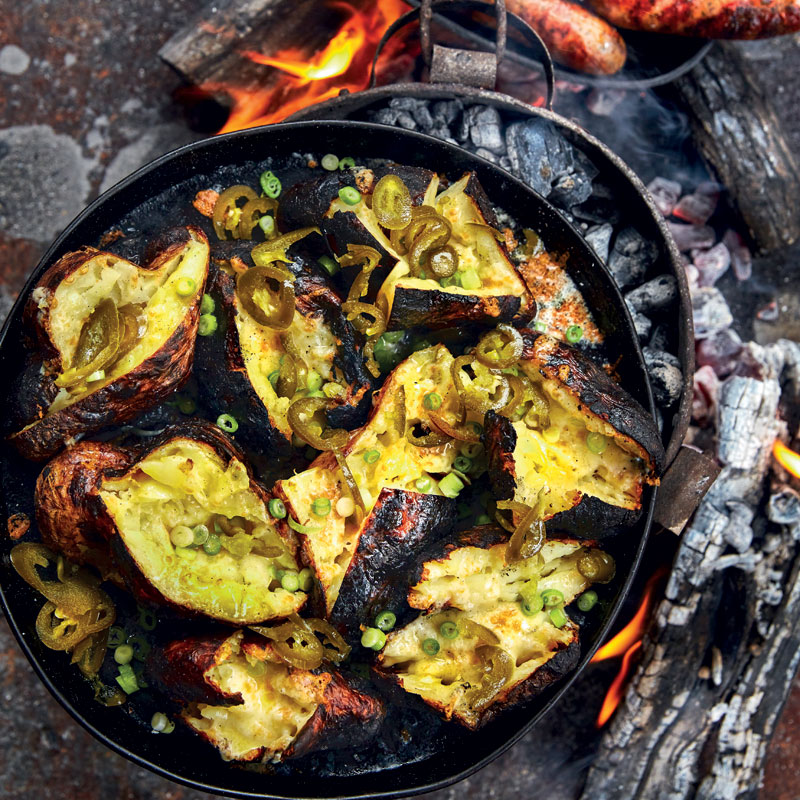 Cheesy potatoes in the fire with chipotle pork sausages