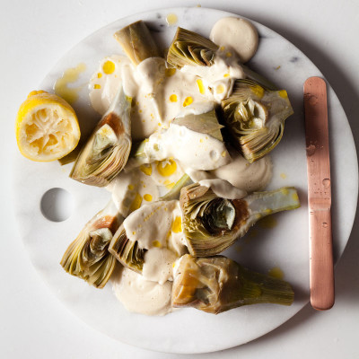 Steamed artichokes with onion cream sauce
