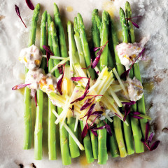 Asparagus with chunky tartare sauce and apple matchsticks