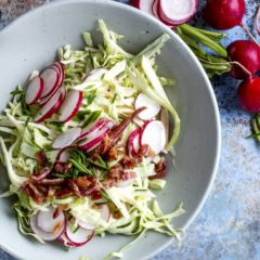 Crunchy vegetable salad with crumbled crispy bacon