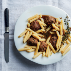 Extra-juicy meatballs in <em></noscript>brodo</em>