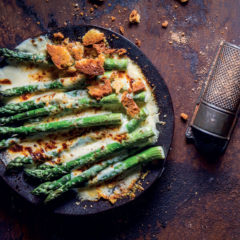 Asparagus gratin with spiced Grana Padano white sauce