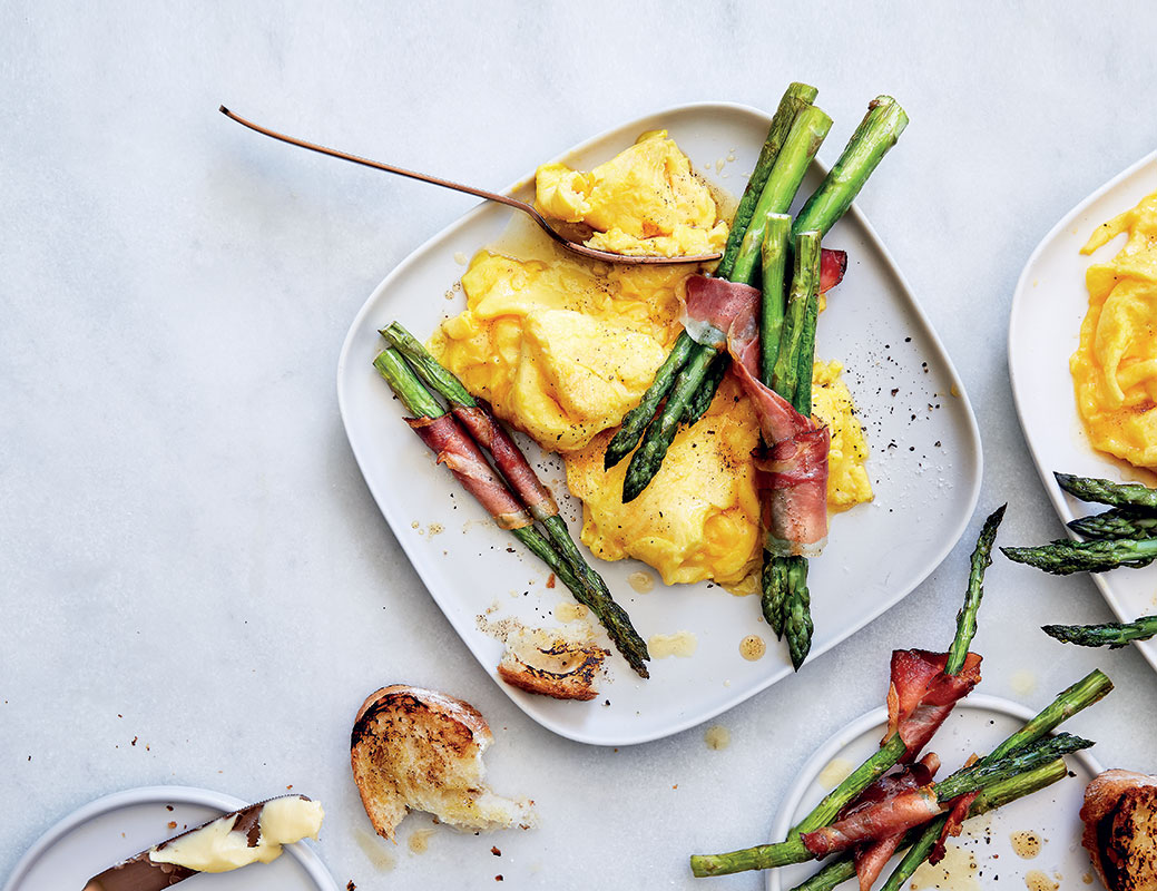 Easy folded eggs with asparagus soldiers
