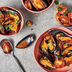 Tomato-and-chill mussels with garlic toast