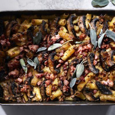 Cheesy mushroom-and-bacon rigatoni bake