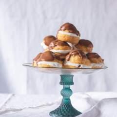 Chocolate éclairs with cream
