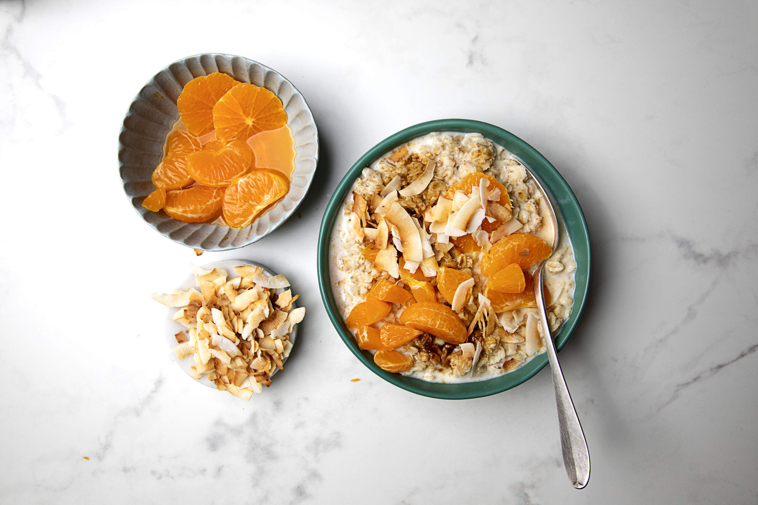 Vegan-oats-with-fresh-ClemenGolds-and-coconut