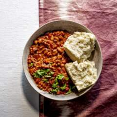 Ujeqe nobhonsisi (steamed bread with sugar beans)
